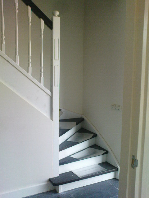 Hardhouten trap eiken met geprofileerde trapspijlen en spil trappen totaal - Entreehal met trap ...