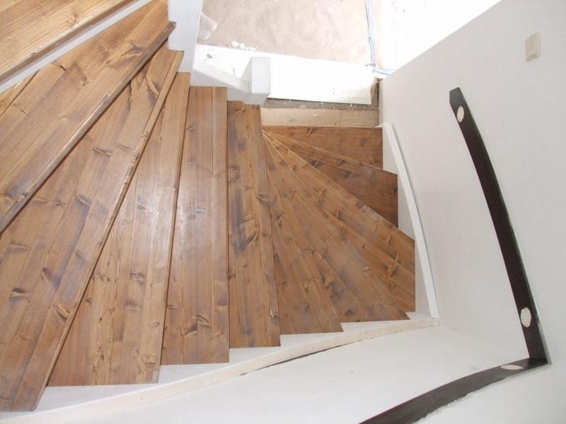 Vuren trappen met een luxe uitstraling heusden trappen for Trapgat maken in beton