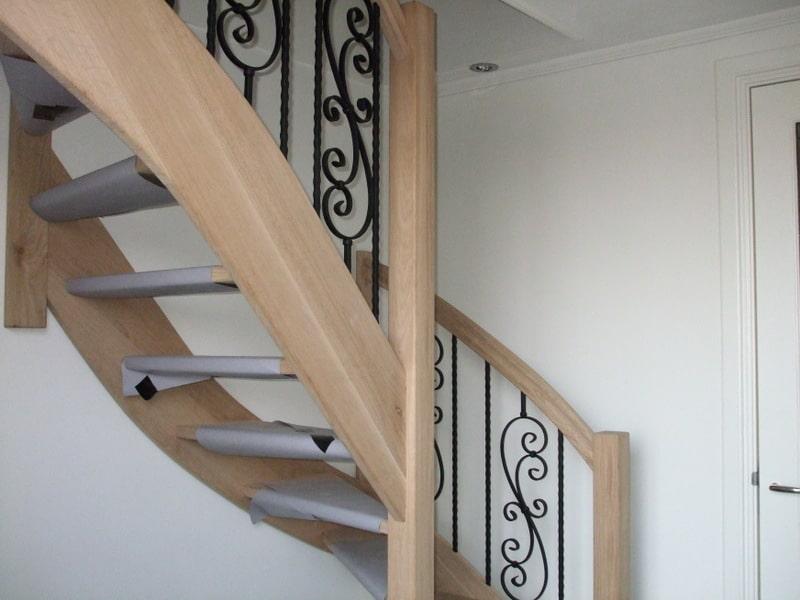 Eikenhouten trap met sierspijlen hedel nieuwbouw trappen for Vaste zoldertrap incl plaatsen en inmeten
