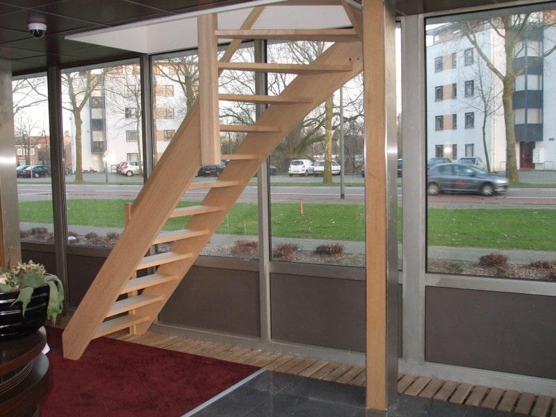Hardhouten trap koto houtsoort in kantoorpand den bosch for Vaste zoldertrap incl plaatsen en inmeten