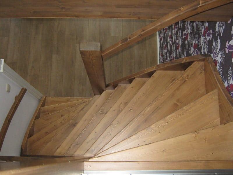 Gebeitste vurenhouten trap open uitvoering s trap den haag for Vaste zoldertrap incl plaatsen en inmeten