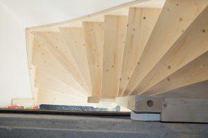 Open vuren zoldertrap in arnhem trappen totaal for Doorloophoogte trap