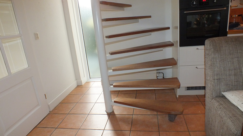 Spiksplinternieuw stalen wenteltrap vervanging voor vaste trap in Soesterberg (2 KA-27